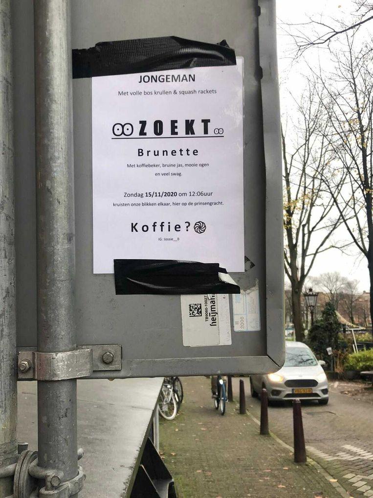Dierdorp heeft drie posters opgehangen in de Noordermarktbuurt in de zoektocht naar zijn droomvrouw. Beeld Judith Zilversmit