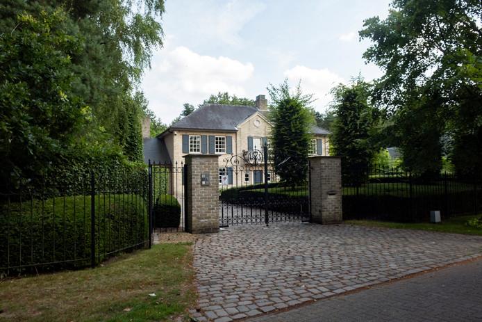De villa van de 73-jarige Cees V. in Schoten is op papier nog eigendom van de oplichtster, maar deze week oordeelde de rechtbank dat ze er niks mee mag doen.