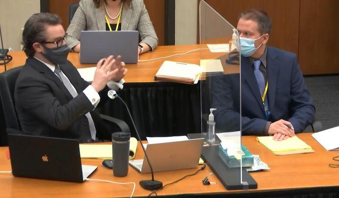 Derek Chauvin (rechts) met zijn advocaat Eric Nelson (links).