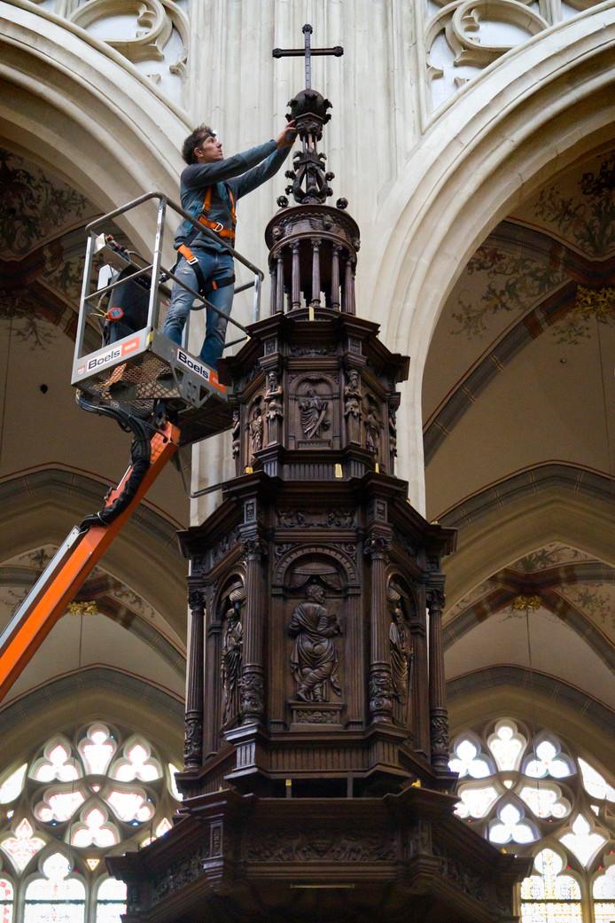 De preekstoel wordt schoongemaakt door Geert van Gerven van het bedrijf van Geenen dat specialiseert in interieuren van monumenten