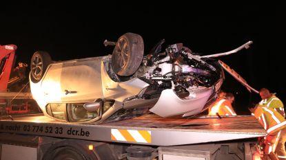 Auto gaat over de kop in Bergstraat, 2 inzittenden lichtgewond