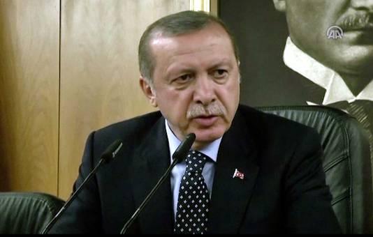 President Erdogan gaf vanochtend een persconferentie in Istanboel. In Turkije en daarbuiten verspreidt zich de theorie dat het leger Erdogan niet poogde te vatten omdat de coup door hemzelf zou in scène gezet zijn.
