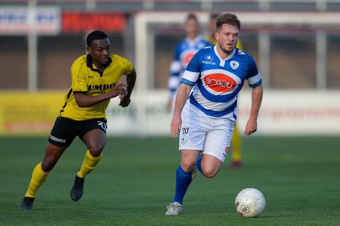 Tom Menting aan de bal namens Spakenburg, in een duel tegen FC Lienden. Die laatste ploeg ruilt hij per direct in voor DOVO.