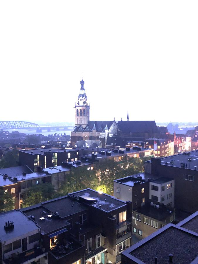 De Stevenskerk werd gisteravond op een wel heel speciale manier uitgelicht; door bliksemschichten.