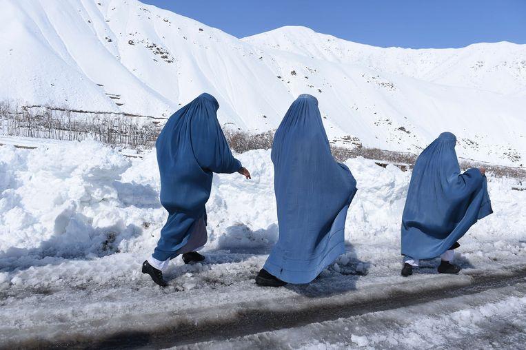 Afghaanse vrouwen trekken naar Dara Keraman, een gebied dat net werd getroffen door een lawine (2015).  Beeld AFP