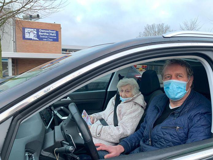 Felix Berentsen en Ger Pelgrim (bijna 90) uit Gaanderen wachten in de auto bij de Topsporthal Doetinchem.