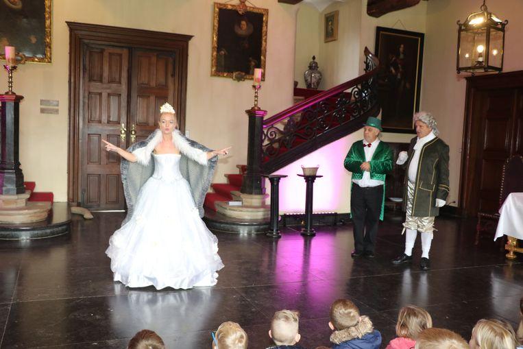De lichtfee, hoofdelf en de lakei voeren voor de kinderen een stukje theater op.