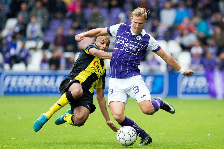 Beerschot-speler Joren Dom in duel met Dodo Elgabas van Lierse. DCA is nu al shirtsponsor van de voetbalploeg.