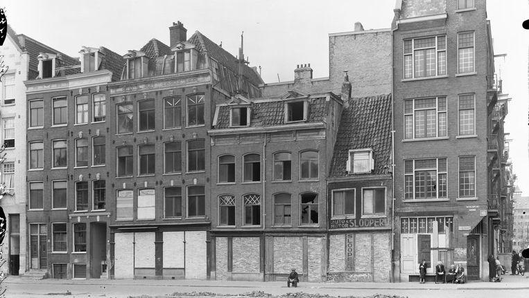 Het Waterlooplein, de nummers 64-78, in augustus 1944. Beeld Archief gemeentelijke dienst volkshuisvesting