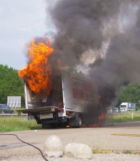 Metershoge vlammen slaan uit vrachtwagen tijdens brand op tankstation bij A28
