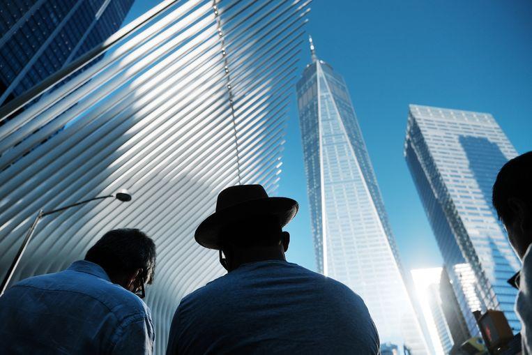 Mensen verzamelen zich rond Ground Zero in New York voor de herdenking van de aanslagen op 11 september 2001, zaterdag precies twintig jaar geleden. Beeld Getty Images