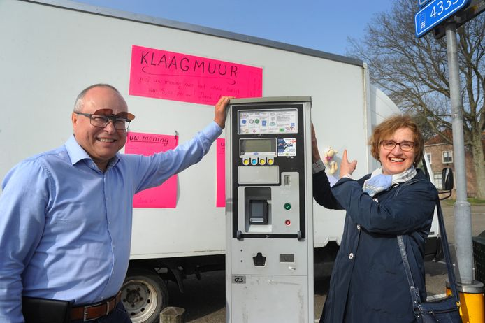 Peter en Annemiek de Serra vinden het nieuwe tarief op het Oranjeplein in Veere (5,20 per uur) veel te hoog.