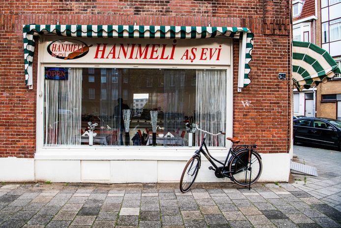 Je zou er zo voorbij lopen, maar in dit hoekpandje op de Putselaan op Rotterdam-Zuid gebeuren lekkere dingen. Eigenaresse Halime van Hanimeli as Evi staat elke ochtend om vijf uur op om alle Turkse heerlijkheden te bereiden.