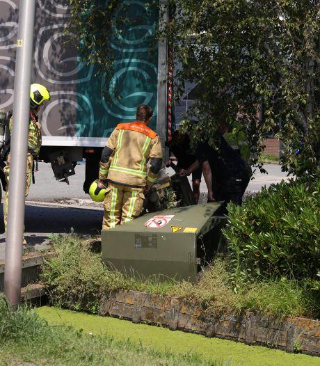 Vrachtwagen rijdt gaskastje uit de grond in 's-Gravenzande
