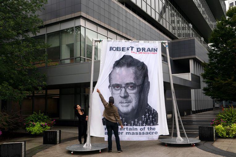 Bij het hoofdkantoor van Purdue hingen activisten de beeltenis van federale rechter Robert Drain op, die besloot dat het bedrijf wordt ontmanteld. Beeld AP