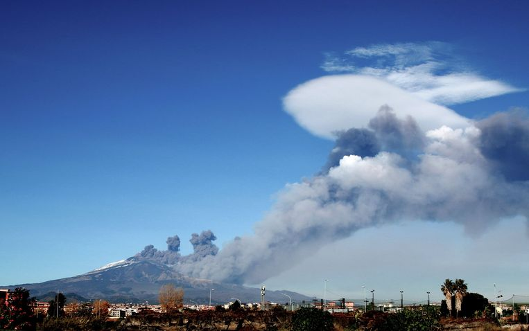 Smoke rises over the city of Catania during an eruption of the Mount Etna, one of the most active volcanoes in the world on December 24, 2018. (Photo by GIOVANNI ISOLINO / AFP) Beeld AFP