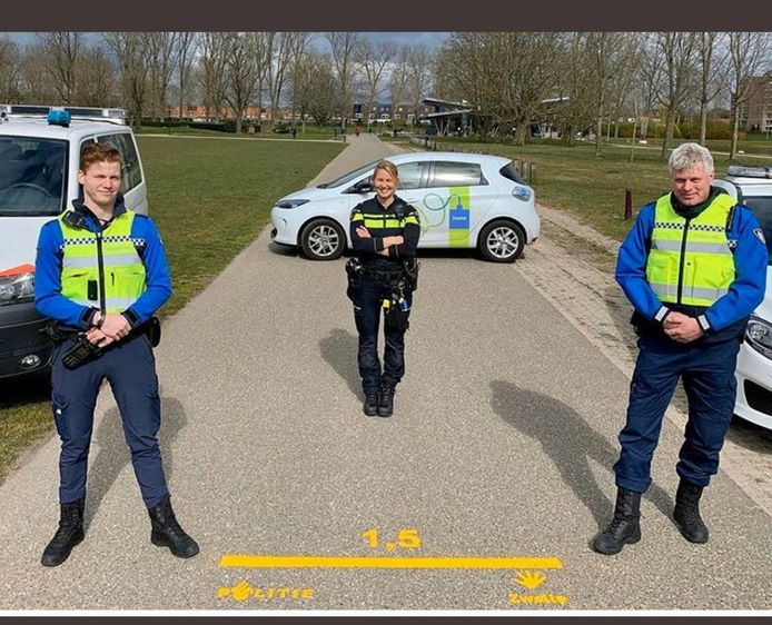 Swollwacht-raadslid Marcel Mulder (rechts) aan het werk als buitengewoon opsporingsambtenaar in Zwolle.