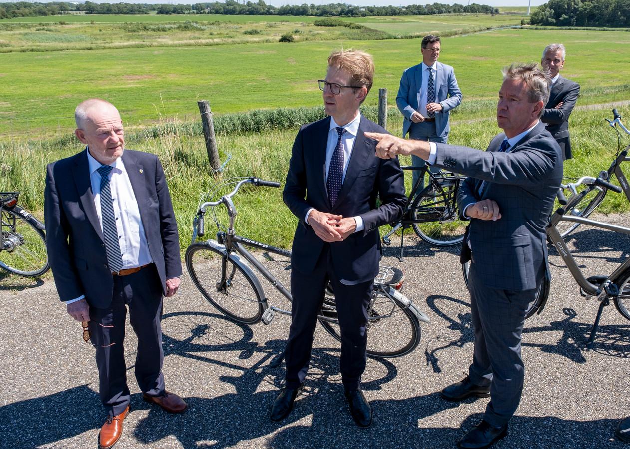 Minister  van Rechtsbescherming Sander Dekker (midden) bekeek afgelopen zomer het gebied waar het Justitieel Complex Vlissingen moet komen.