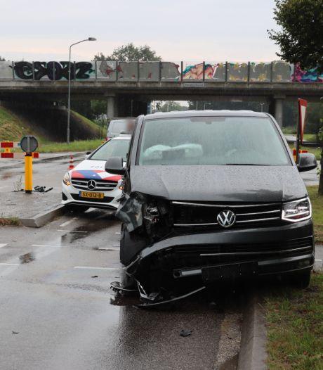 Busje botst met personenauto in Lunteren, één bestuurder gewond naar het ziekenhuis