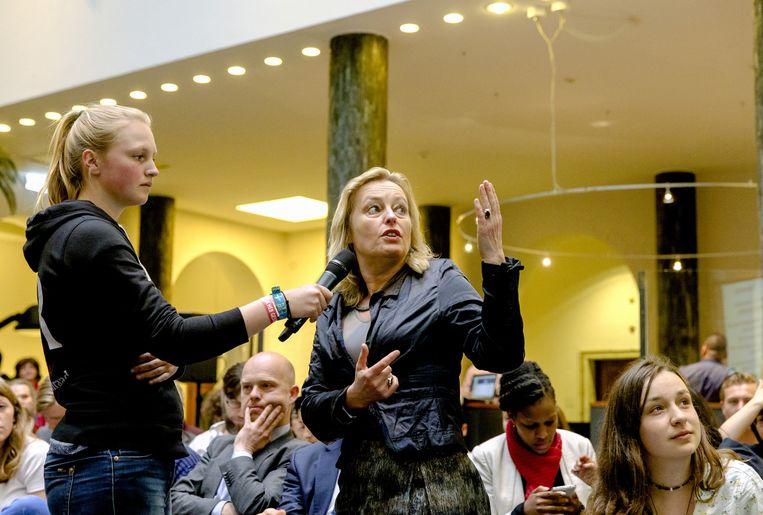 Minister Jet Bussemaker (Onderwijs) in gesprek met studenten in het Maagdenhuis Beeld anp
