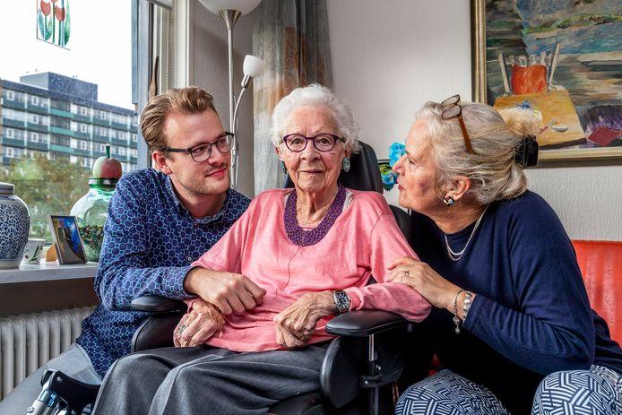 Mevrouw Vermeulen, bewoonster van zorginstelling Careyn Tuindorp Oost met haar dochter Karin en kleinzoon Rik.
