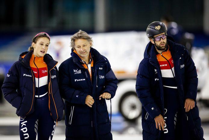 Suzanne Schulting, coach Jeroen Otter en Daan Breeuwsma, die een panterhartje op zijn helm heeft ter nagedachtenis aan Lara van Ruijven.