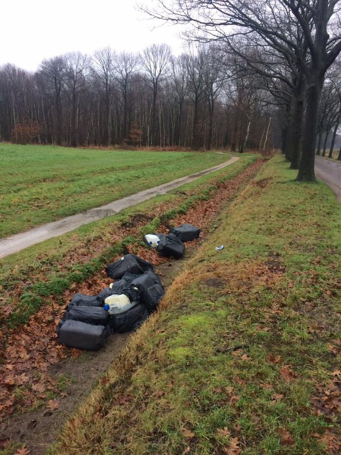 De vaten werden gevonden in een droogstaande sloot langs de Nieuwkerksedijk in Goirle.