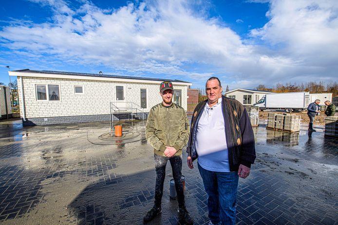 André Weezepoel (l) en Dirk Sanders voor de woonwagen waar Weezepoel dinsdag de sleutel van krijgt.