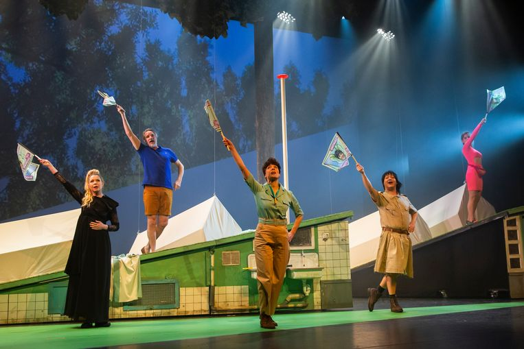 Scène uit Single Camping, met vlnr Tjitske Reidinga, Peter Blok, Ilse Warringa, Rop Verheijen en Elise Schaap Beeld Raymond van Olphen