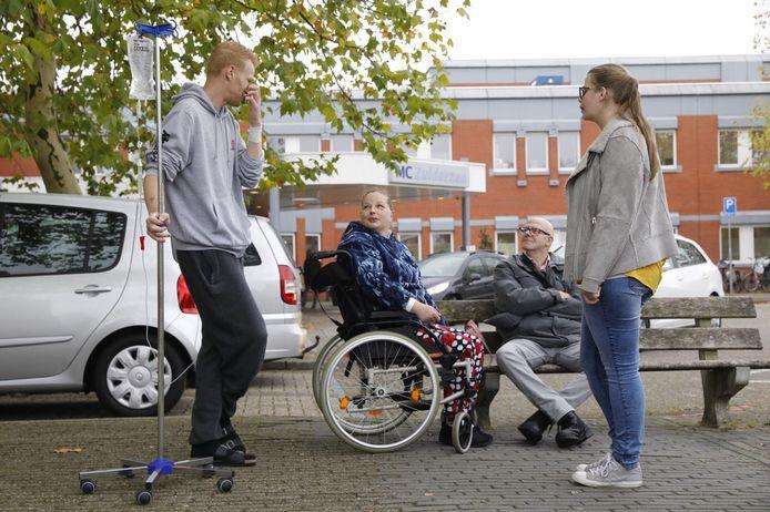 Patiënten bij het ziekenhuis in Lelystad. Met infuus: Danny Hartwisch
