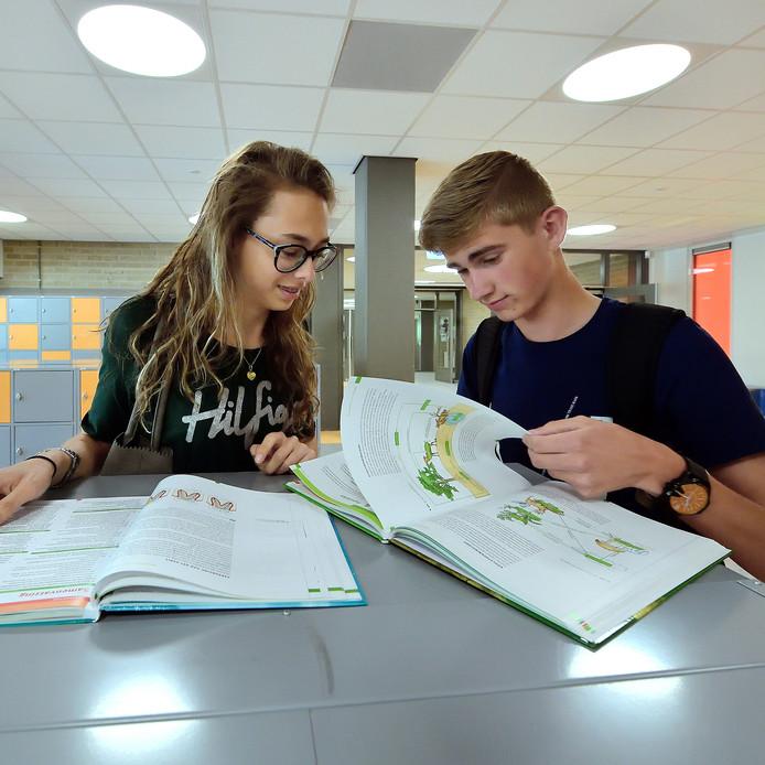 Myrthe lakens en Thijs van Heusen hebben overleg na het examen.