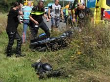 Motorrijder vliegt bij Wesepe uit de bocht en moet met spoed naar ziekenhuis