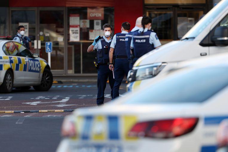 Politiebewaking rondom de supermarkt in Auckland waar een man meerdere mensen verwondde. Beeld Getty Images