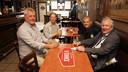 """Cafébaas Mark Cop met burgemeester Marc Van de Vijver en twee gasten aan een tafeltje binnen: """"Het is ook voor mij even wennen."""""""