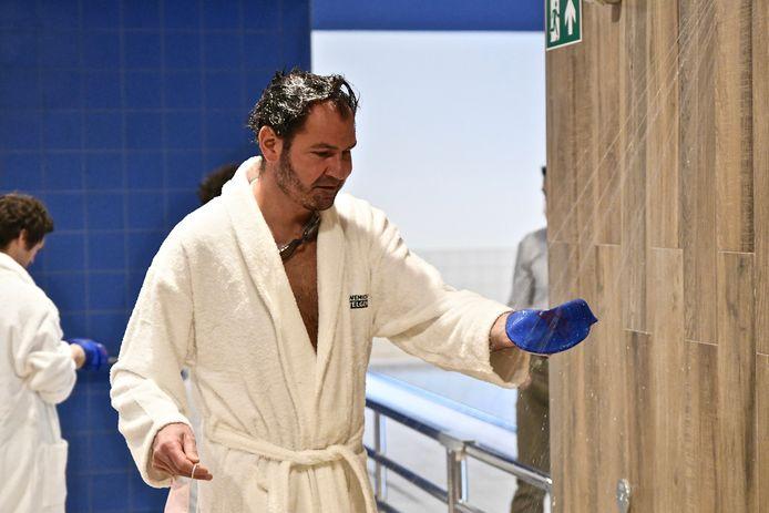De Zwemkom Wevelgem. Schepen Desmet test de douches uit.