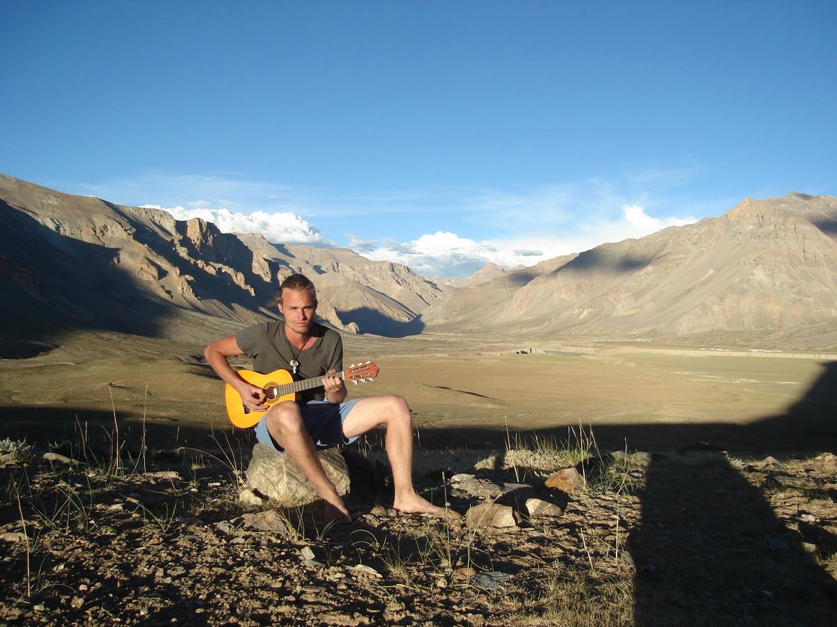 Max van Koolwijk met zijn onafscheidelijke gitaar in de Himalaya.