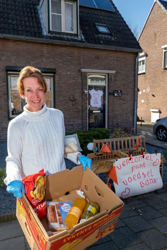 Petra Kats heeft een eigen netwerk opgezet van vijftien inzamelpunten voor de Voedselbank, ivm de corona-crisis. Alle inzamelpunten zijn bij mensen thuis. Zo ook bij haar, aan de Julianastraat 26 in Halsteren, waar ze haar voortuintje en gevel heeft versierd.