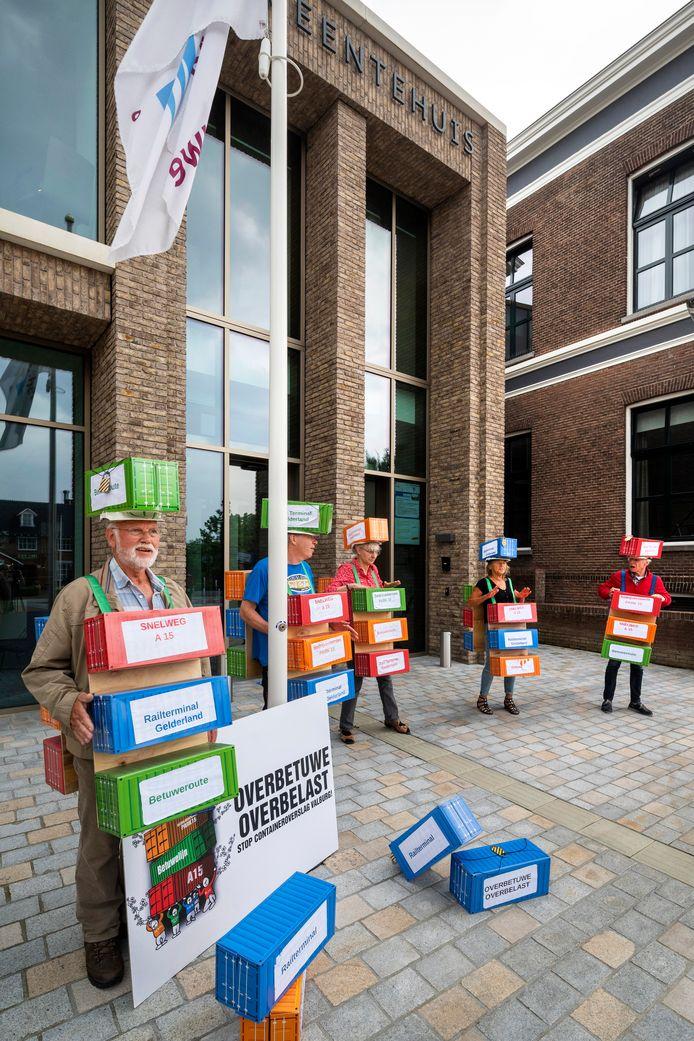 Protestbeweging Overbetuwe Overbelast demonstreert tegen de RTG.