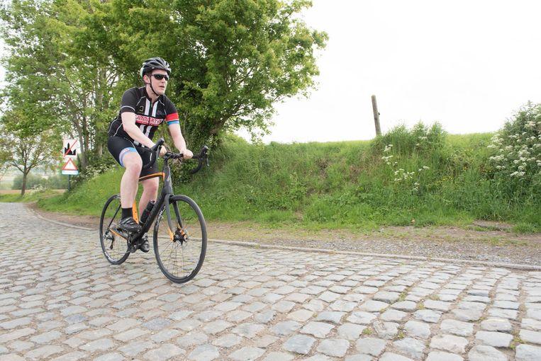 Tijs Van Puyenbroeck test de Specialized Paris Roubaix Champion-fiets - prijskaartje 3.500 euro -, hier op de Kwaremont.