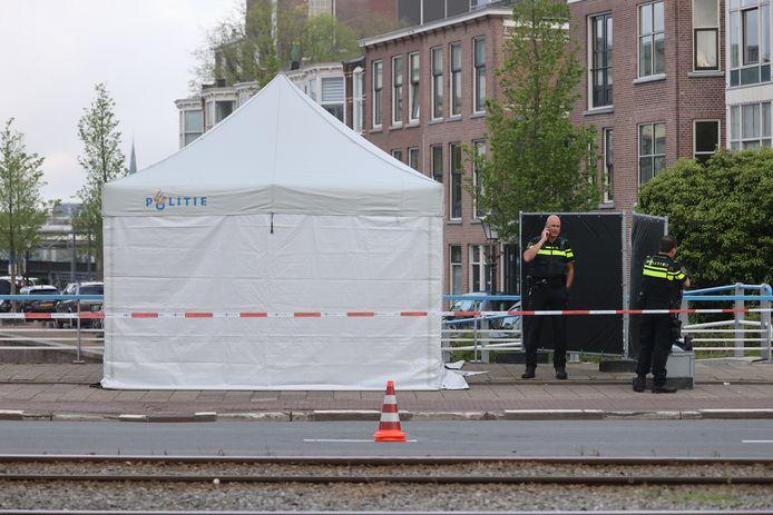 In het water langs de Kleine Veenkade in Den Haag is vanmorgen een overleden persoon aangetroffen.
