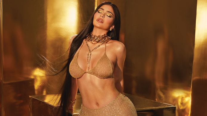 Kylie Jenner poseert voor haar nieuwe make-uplijn 24K.
