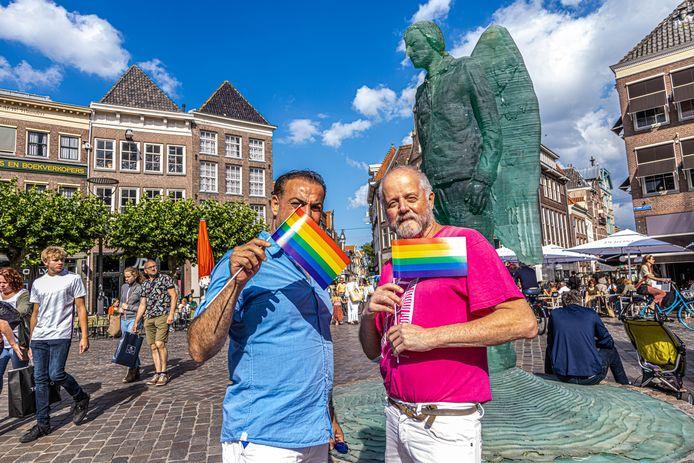 Sandro Kortekaas (rechts), voorzitter van stichting LGBT Asylum Support, hielp Saif met zijn procedure waardoor hij - na een hongerstaking - niet langer gekoppeld is aan Hellendoorn. Opgelucht zwaaien ze samen met regenboogvlaggetjes bij de Glazen Engel.