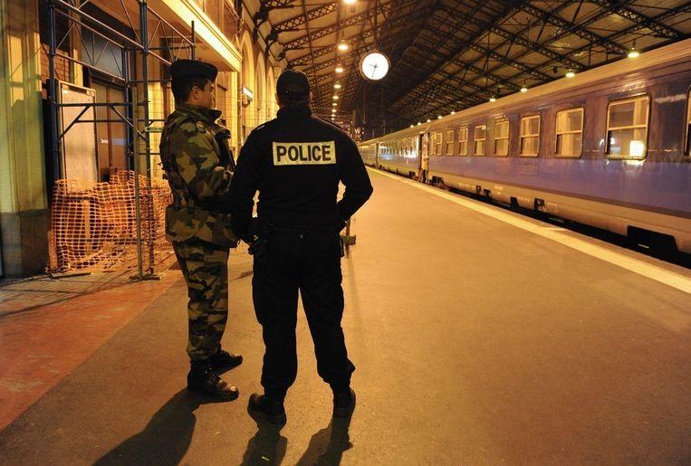 Politie en leger patrouilleren op het station van Toulouse. Beeld epa