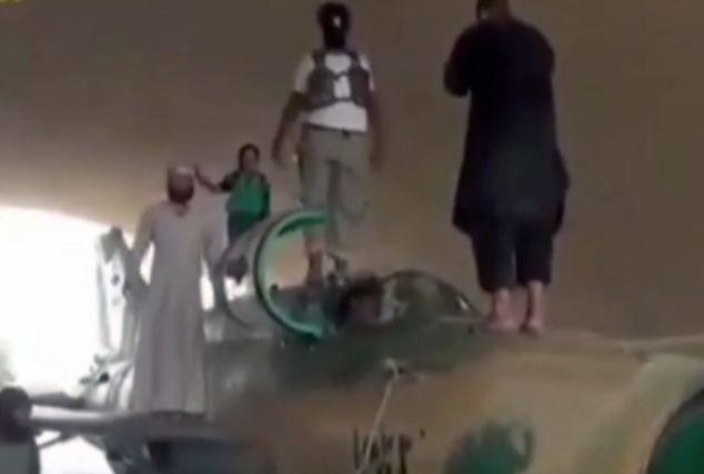 In de video zijn IS-strijders te zien op een gevechtsvliegtuig van Russische makelij dat ze op de troepen van Assad hebben buitgemaakt.