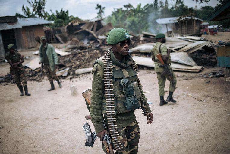 Militairen van het leger van de Democratische Republiek Congo op patrouille in het oosten van het land, na een aanval op een dorp door de gewelddadige islamitische terreurgroep Allied Democratic Forces (ADF). Beeld AFP