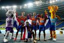 Tony van Diepen, Jochem Dobber, Ramsey Angela en Liemarvin Bonevacia met de mascottes van het WK in het Poolse Chorzow.