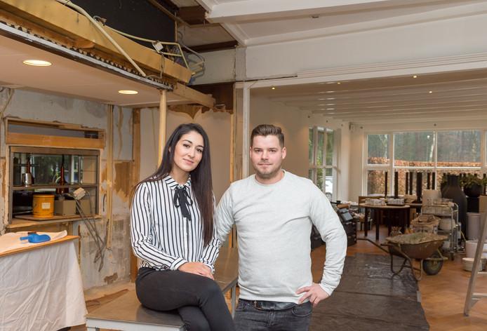 Yasmina El Azzouzi en Marijn van de Worp zijn nog hard aan het werk in het restaurant.