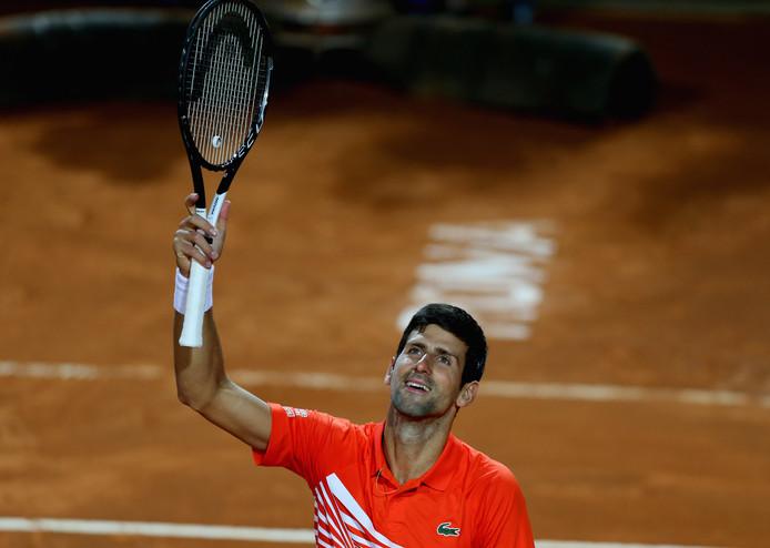 Novak Djokovic viert de zwaarbevochten zege op Juan Martin Del Potro in Rome.