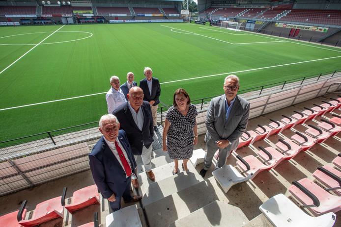 Het nieuwe bestuur met op de voorgrond v.l.n.r. Frans Stienen, Eric van den Dungen, Renée Hoekman en Willem van Zantvoort. Op de achtergrond de aftredende bestuursleden Ari de Kimpe, Philippe van Esch en Hans van der Maat.