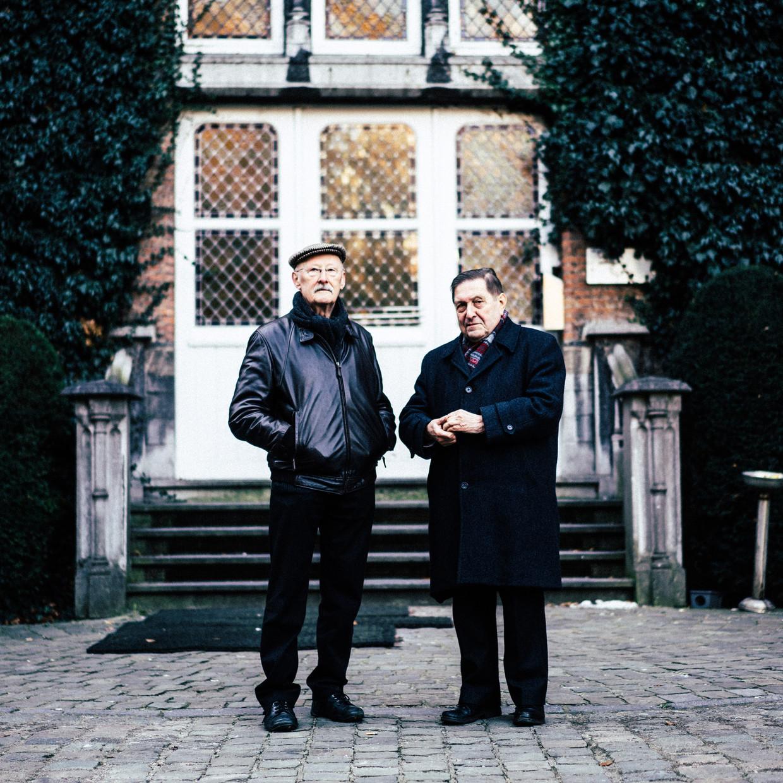 Herman De Dijn, broederlijk naast Etienne Vermeersch: 'Wat mensen vijftig jaar geleden aan de pastoor vroegen, vragen ze vandaag aan de filosoof.' Beeld Thomas Sweertvaegher